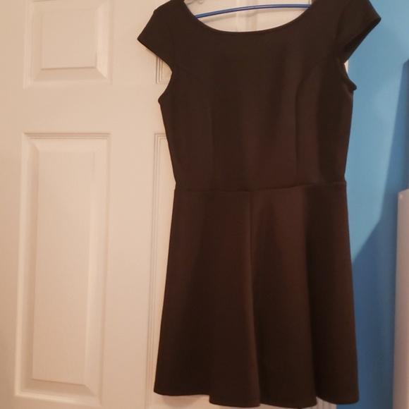 Snap Dresses & Skirts - ● Structured, Cap-Sleeve Mini Dress ● Size L